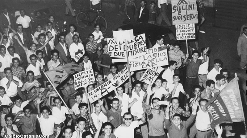 I tifosi protestano contro la retrocessione a tavolino inflitta per il