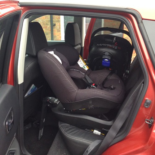 maxi cosi 2way pearl in a nissan qashqai 2009 jayne eardle flickr. Black Bedroom Furniture Sets. Home Design Ideas