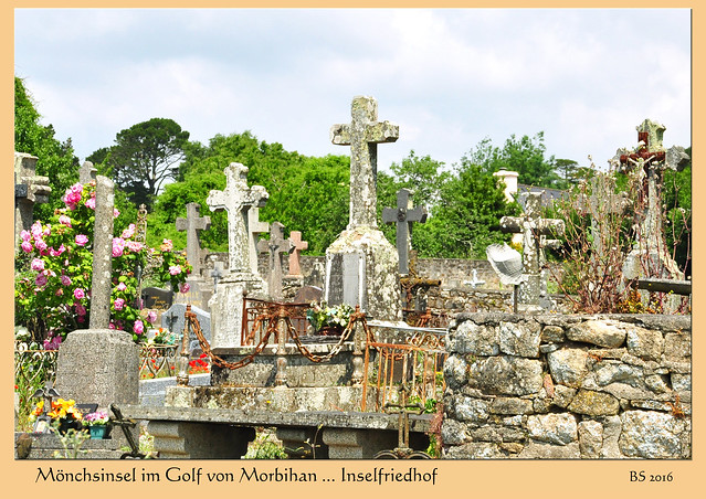 Fotografieren auf dem Friedhof. Hier: Inselfriedhof Mönchsinsel (Île-aux-Moines) im Golf von Morbihan / Bretagne. - Fotos und Collagen: Brigitte Stolle 2016