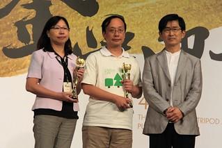 林務局主秘邱立文、台灣環境資訊協會理事長高英勛,共同代表出版單位,從作家林義芝手中接下金鼎獎講座。攝影:彭瑞祥。