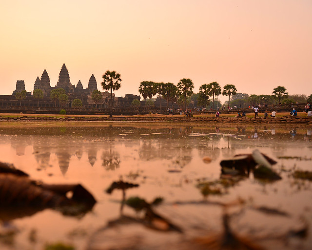 Perspectiva en el estanque reflectante de Angkor Wat poquito antes del amanecer