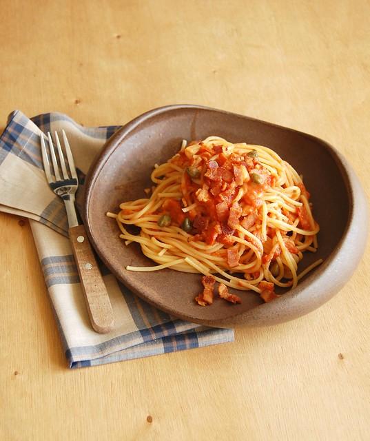Linguine with creamy tomato, caper, thyme and bacon sauce / Linguine com molho cremoso de tomate, alcaparra, tomilho e bacon