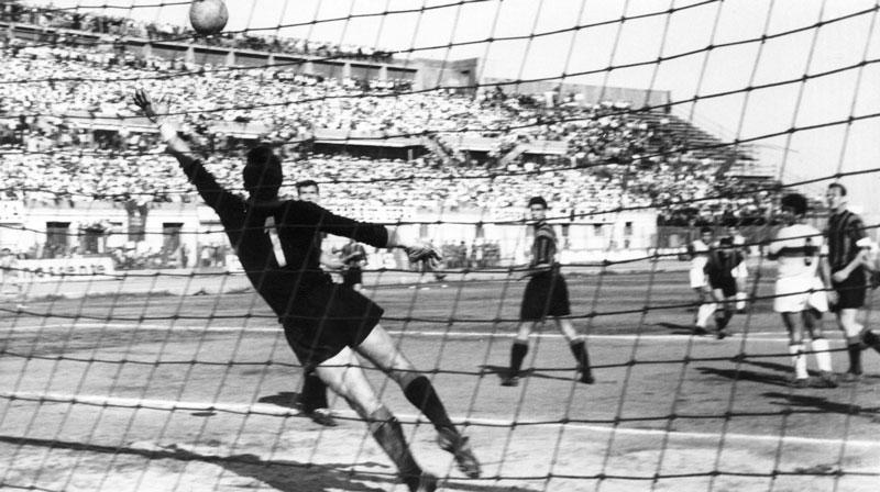 L'imprendibile conclusione di Castellazzi che fulmina il portiere nerazzurro Da Pozzo: è il 4 giugno 1961