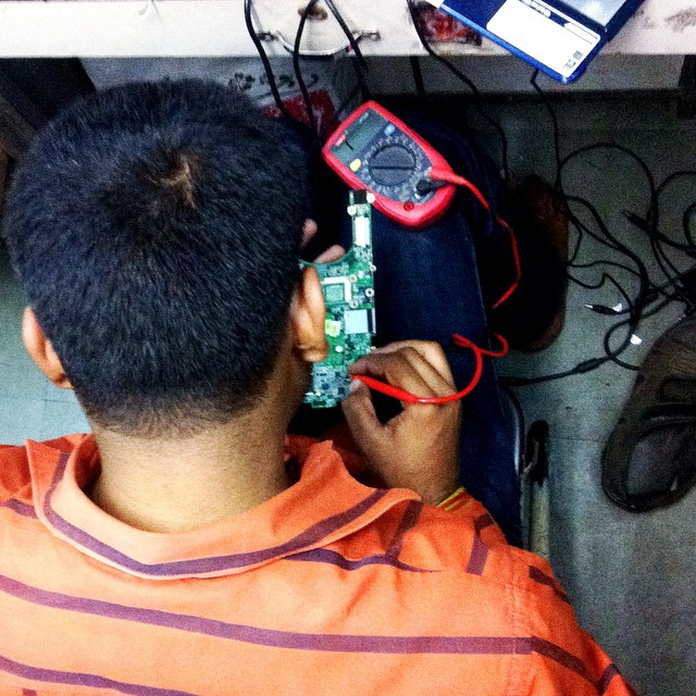 Sanjay Yadav (34) works on the circuit board of my noteboo… | Flickr