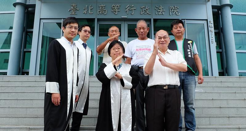 原告律師、代表與當地居民 左起:李維剛、王珽顥、朱敏雄、蔡雅瀅(前)、李菁桔、許富雄、郭慶霖  攝影:陳文姿