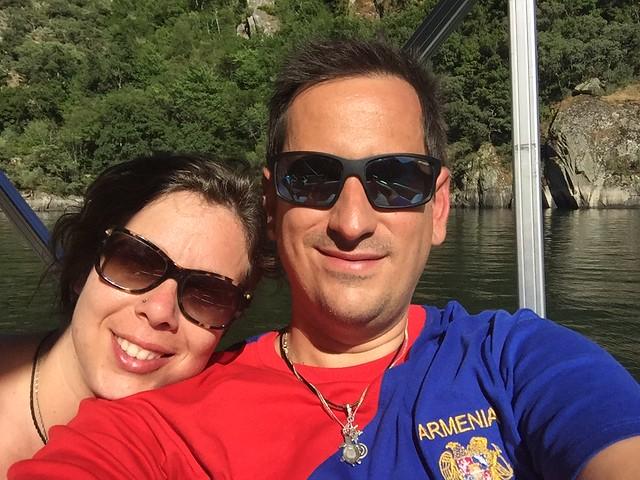Rebeca y Sele en el barco que nos llevó a recorrer el Cañón del Río Sil en Ribeira Sacra (Galicia)