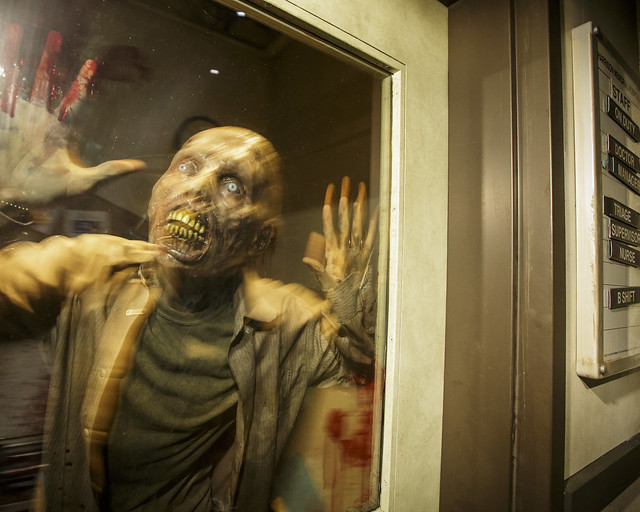 Caminante de The Walking Dead infectado de un virus pegado a una ventana