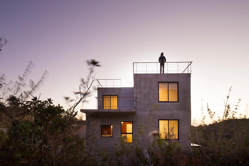 Дом из дерева, бетона истекла в Бразилии. Проект Vazio S/A