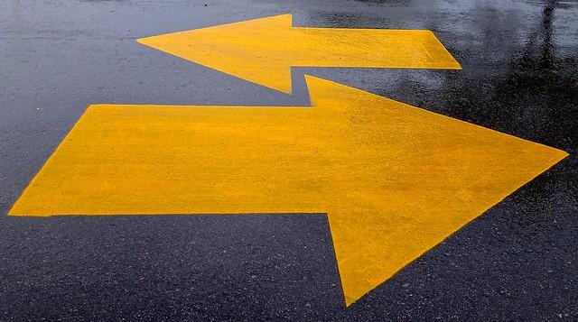 dos flechas amarillas contrapuestas