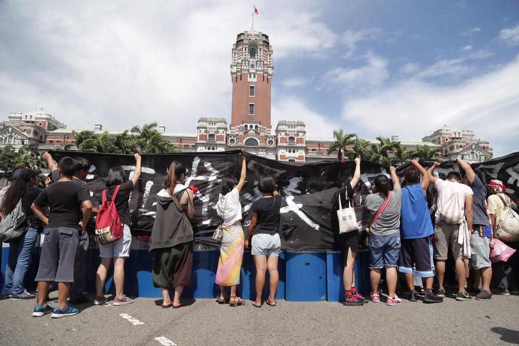 原民團體8月1日至總統府前抗議。(攝影:漂丿郎)