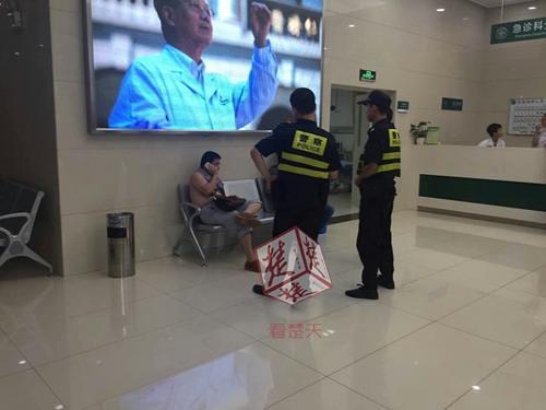 Hubei ambulance a man molesting female nurses, female doctors discourage being slapped
