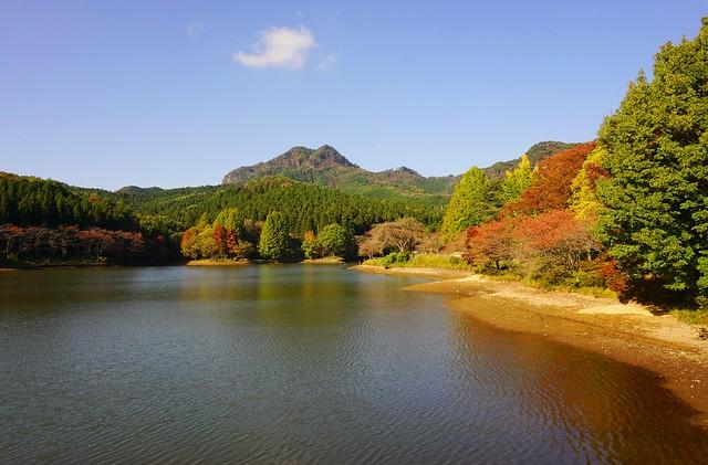 赤川ダムからの古賀志山と紅葉