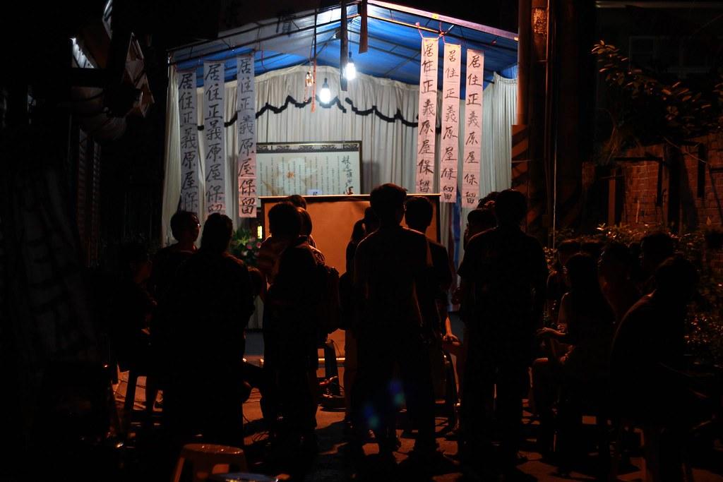 月圓夜之下守夜的支援民眾聚集於「居住正義守靈堂」前繼續交流與稍作休息,靜待可能在凌晨展開強拆行動的市府推土機。(攝影:張雅涵)