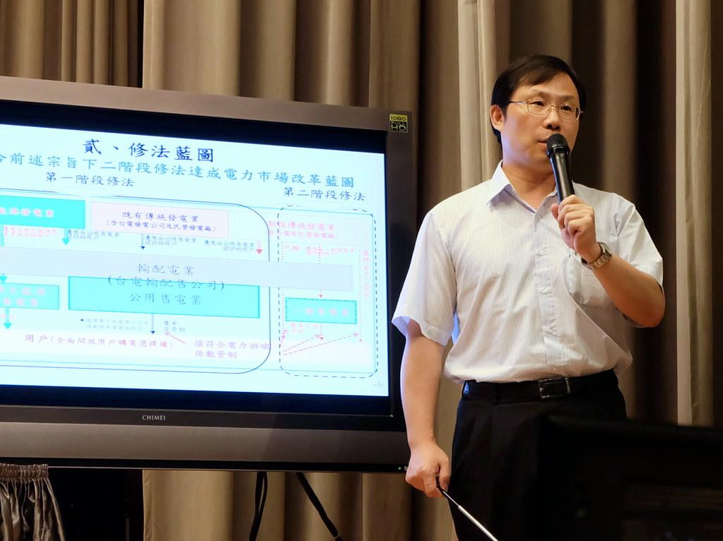 能源局長林全能解釋這次電業法修法的規畫 攝影:陳文姿