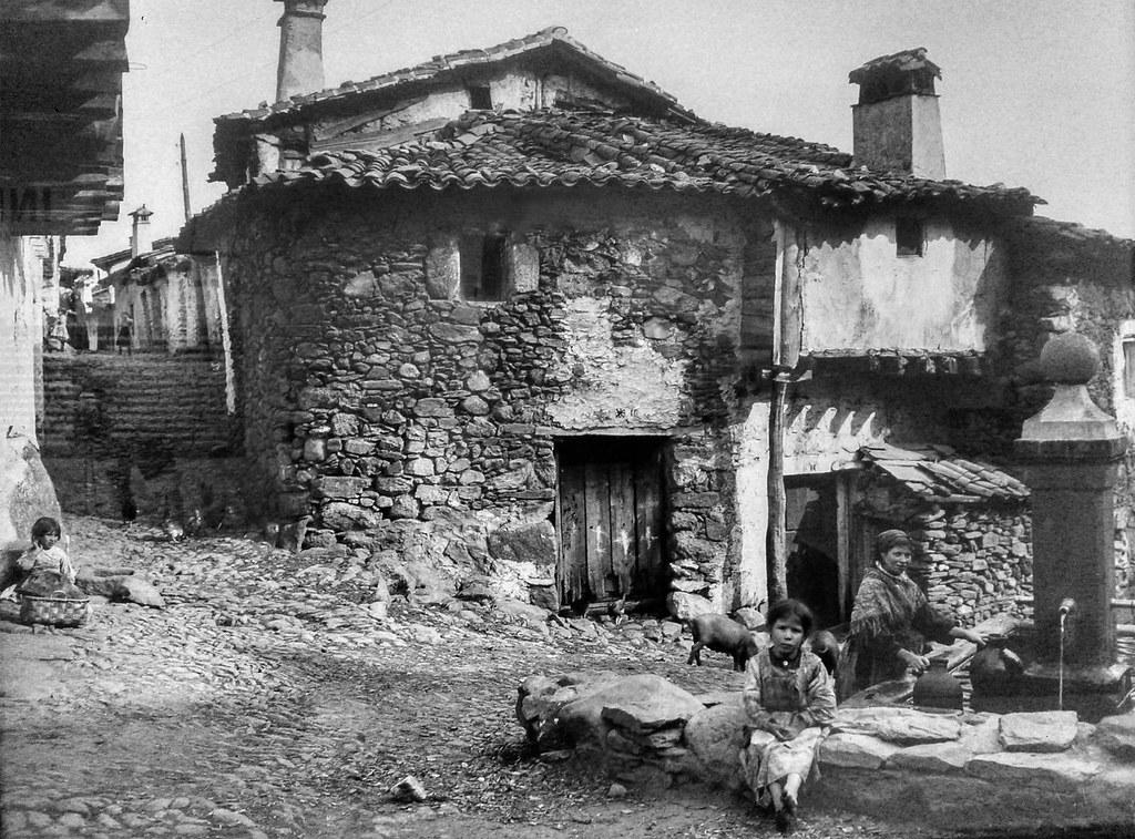 La fuente grande y casas antiguas guisando foto - Fotos de casas antiguas ...