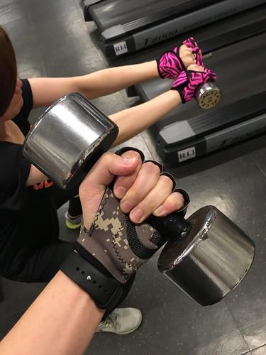 健身也不忘放閃!讓我和男友在健身房羨煞眾人的情侶健身手套 (5)