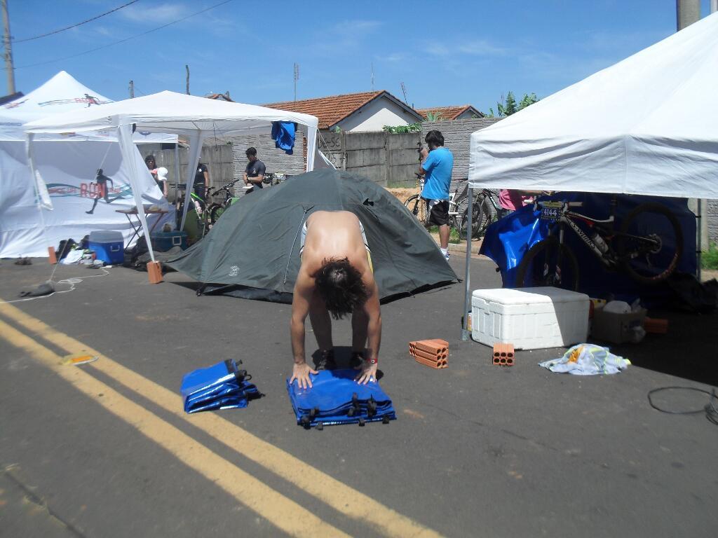 Perto do final da prova, muitas equipes já desmontam suas barracas