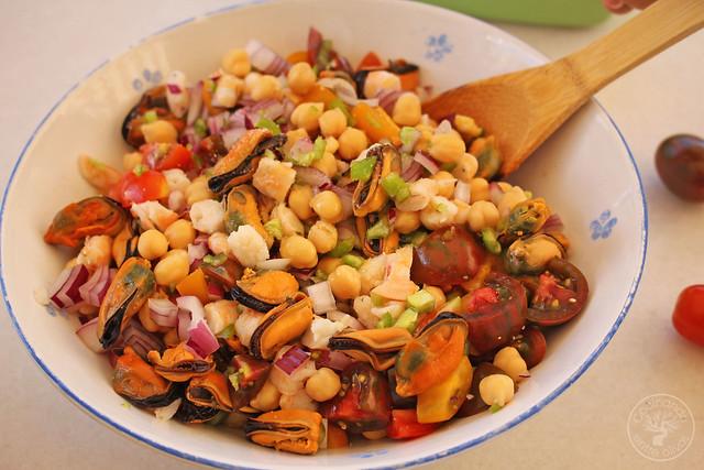 Picadillo de garbanzos con mariscos  www.cocinandoentreolivos.com (3)