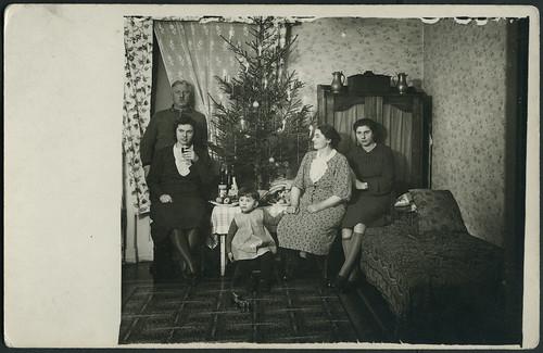 Archiv g374 weihnachten 1940 das sofa plural sofas for Couch plural