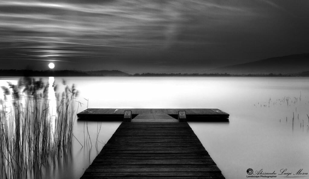 Tramonto con effetto serico virato in bianco e nero lago - Tappeto bianco e nero ...