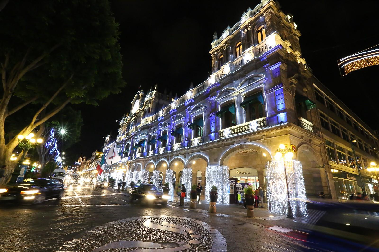 Peatones recorriendo el Centro de Puebla