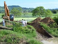 Aperturan canal para evacuar aguas estancadas en Chone