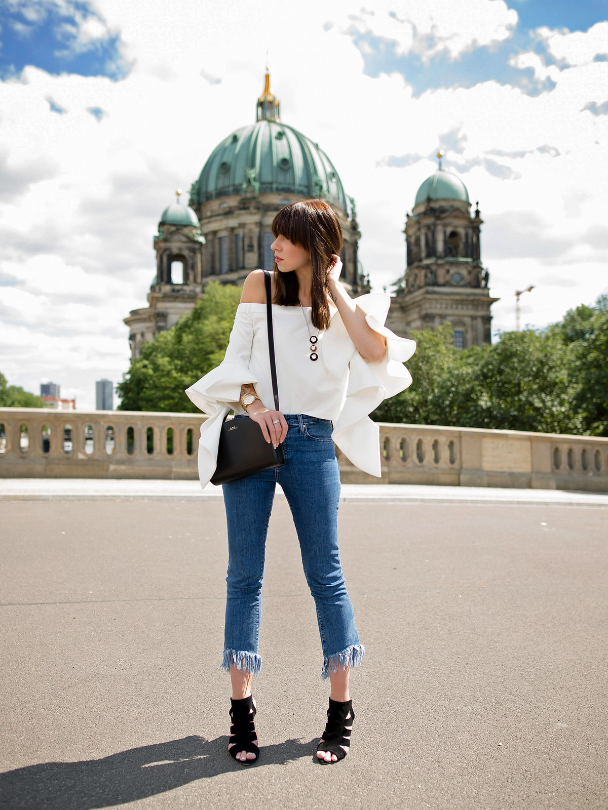 outfit berlin white off shoulder top chicwish fringe jeans mango bangs brunette parisienne french girl berliner dom museumsinsel summertime august styling apc halfmoon bag fashionblogger cats & dogs german style blog ricarda schernus outfitblogger 6
