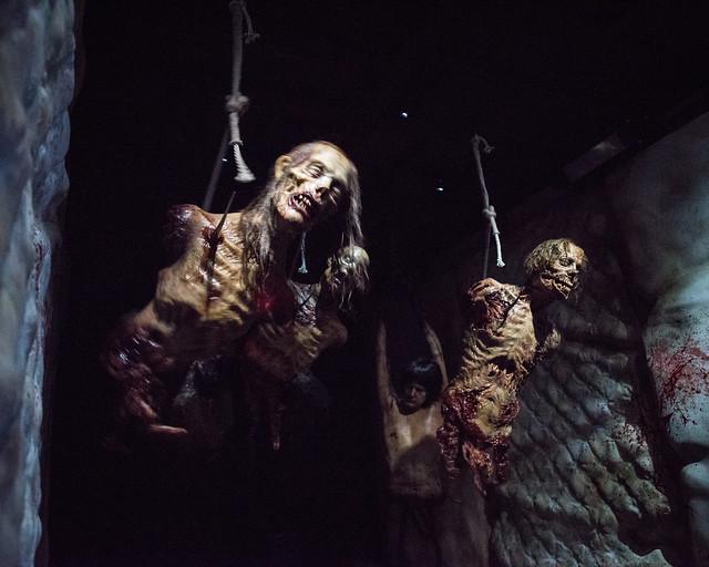 Caminantes en el interior de un camión de la serie The Walking Dead