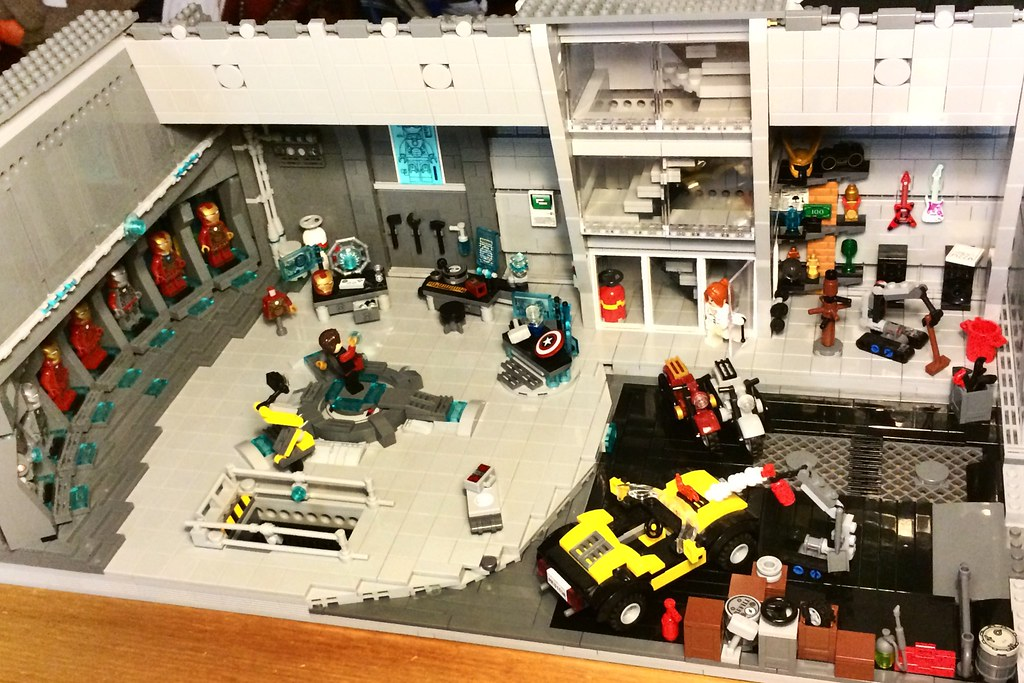 Final version lego tony stark 39 s workshop malibu mansion for Maison d iron man
