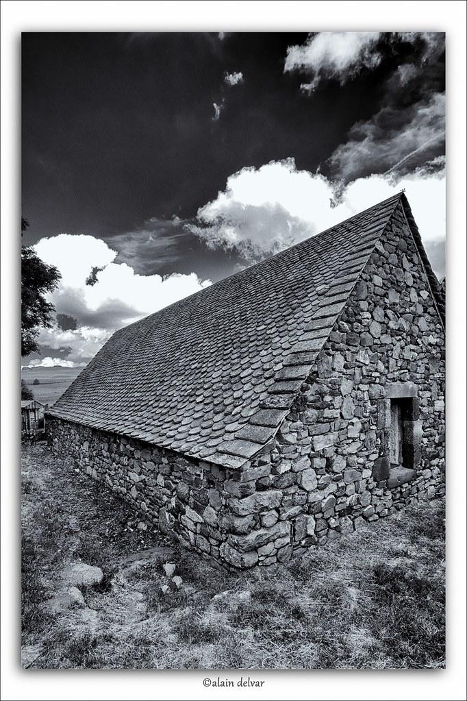 la lauze aubrac aveyron la toiture en lauze est une toit flickr. Black Bedroom Furniture Sets. Home Design Ideas