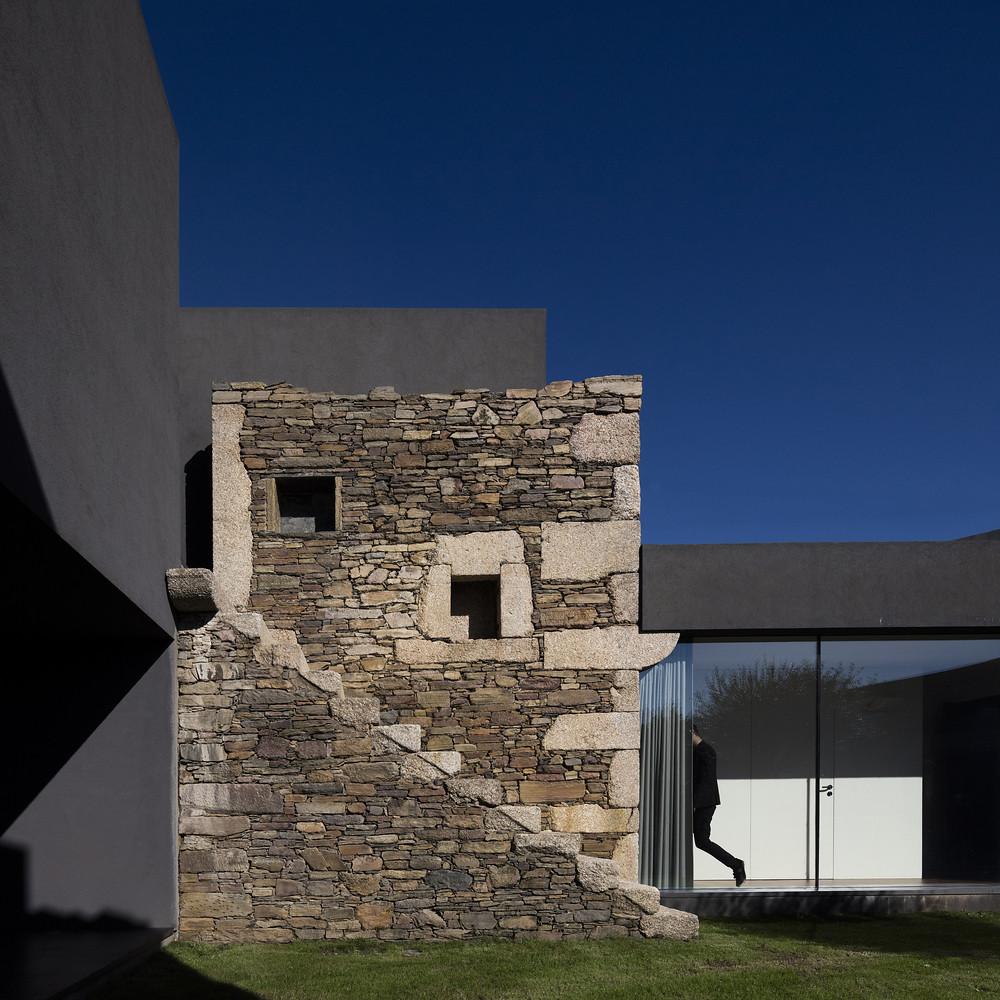 Vigário House - дом в старых развалинах. Проект AND-RÉ