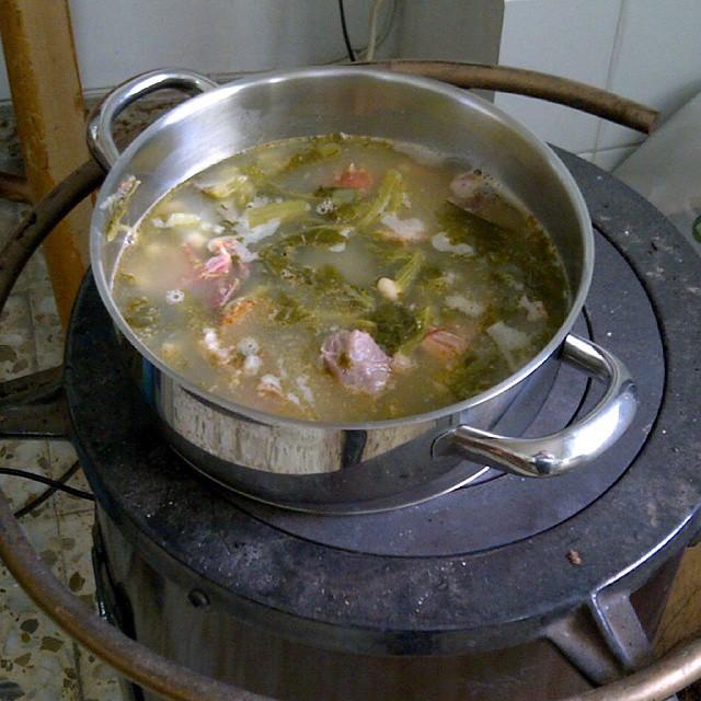 Lo que es un caldo gallego con sus lacones, calentado en estufa de #pueblo