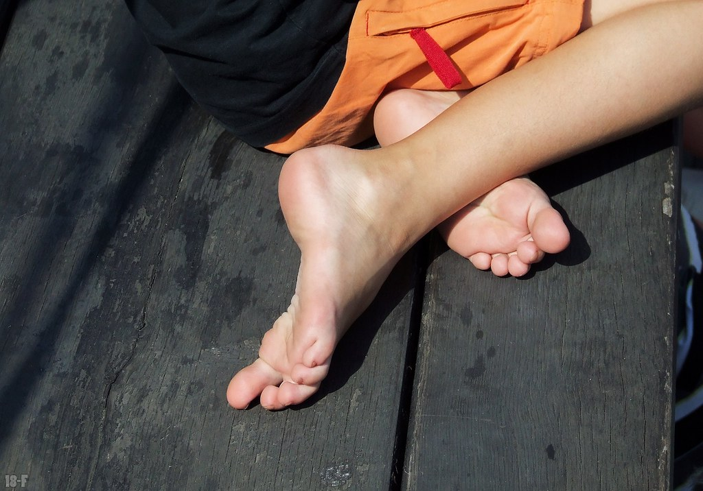 Girl Feet 18-F Flickr-3567