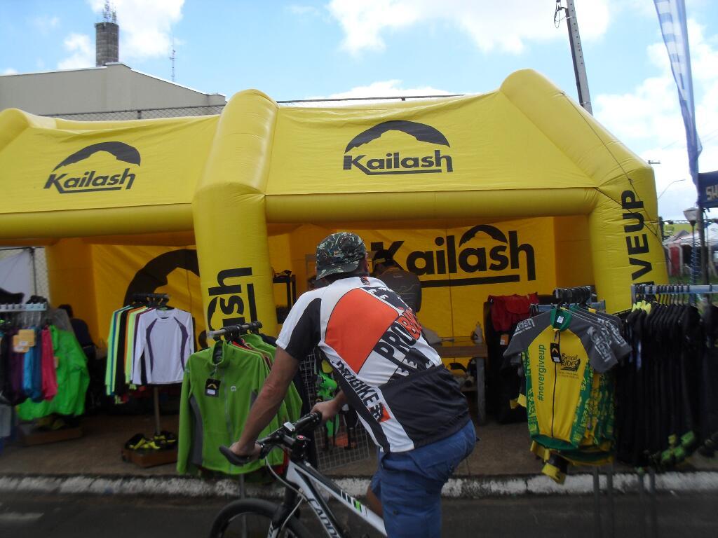 A Kailash, uma das patrocinadoras, mostrando seus produtos