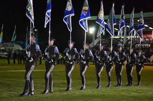 Un grupo de cadetes llevaron banderas de la polic a nacion flickr for Ministerio policia nacional