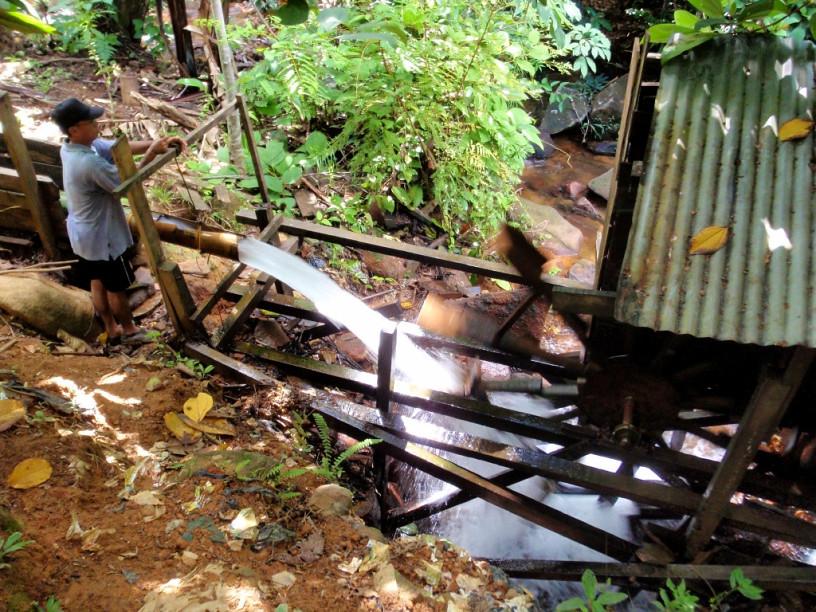 這微型水利發電站是由雙溪魯阿(Sungai Luar)村民自費、設計建設與安裝。該村莊位於西加里曼丹的烏魯卡普阿斯區(Kapuas Hulu)。照片:Yves Laumonier/CIFOR