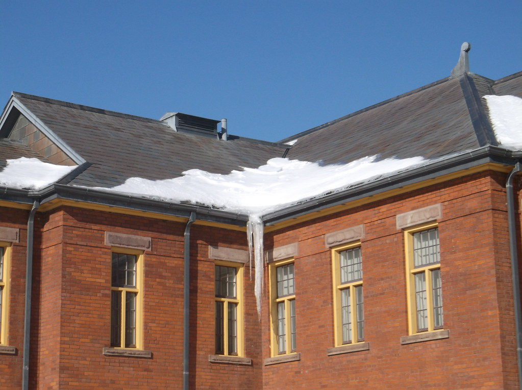 Building 'F' of Humber College | Ice and snow on the roof ...