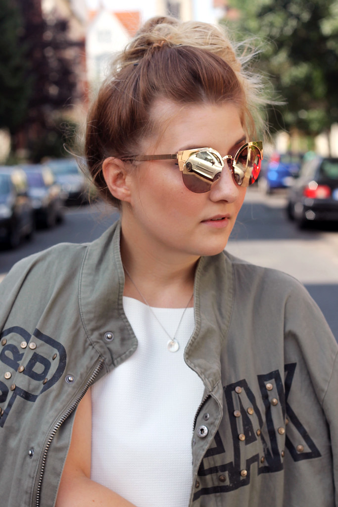 outfit-zara-jacke-military-trend-sommer-look-fashionblog-modeblog-kleid-weiß-boots7