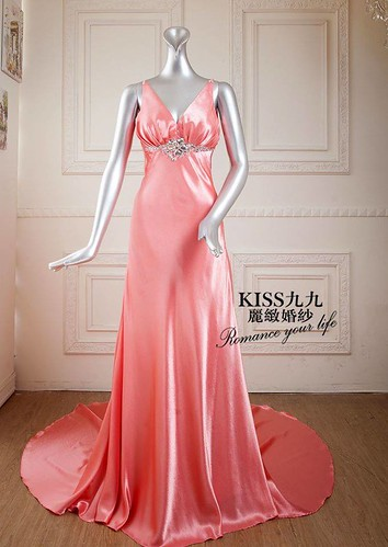 拍照婚紗和宴客禮服怎麼選?讓高雄kiss99婚紗告訴你:拍攝用禮服