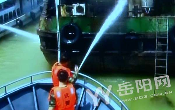 Spontaneous combustion of 5000-ton freighter in Dongting Lake, 3 armed police carried out a suspected leaking gas tank