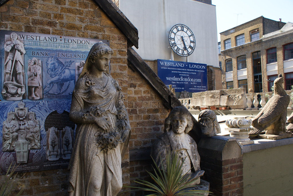 Statues et horloge dans le magasin d'antiquités volumineuses au Wetland London à Londres.
