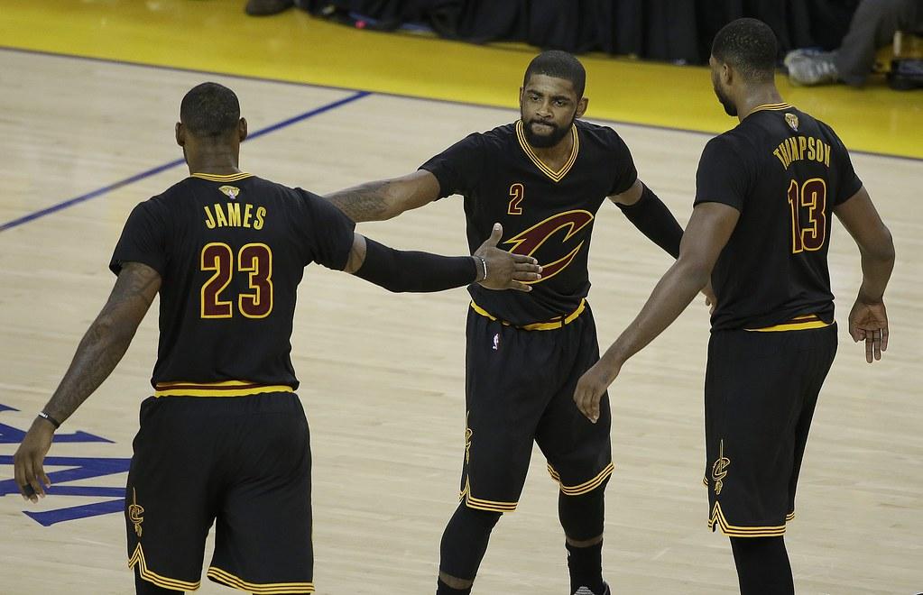 LeBron James(左)帶領騎士保持季後賽不敗。(達志影像資料照)