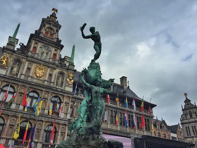 Plaza del Mercado de Amberes con la estatua de Silbio Brabo