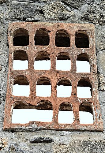 Antica finestra di bronzo scavi di pompei nelle - Un antica finestra a tre aperture ...