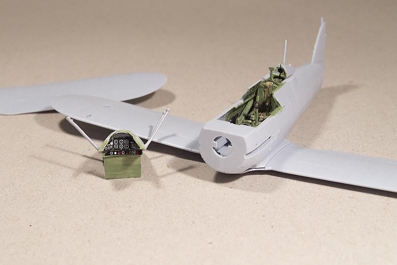 le fuselage est fermé et l'avion mis en croix.