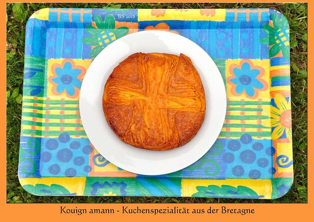 Bretagne-Urlaub 2016. Endlich haben wir einen schönen Kouign amann ergattert. Es wurde ja auch Zeit. Wer in der Bretagne ist, kommt um diese köstliche (und gehaltvolle) bretonische Kuchenspezialität nicht herum. Es ist eine Art Butterkuchen (bretonisch: Kouign = Kuchen / amann = Butter). Im Garten haben wir ein großes Stück davon zusammen mit frischem Obst verzehrt, mmmhhh. Zwei französische Rezeptkarten habe ich mir gekauft und mir fest vorgenommen, diese Spezialität zu Hause nachzubacken. - Fotos: Brigitte Stolle 2016