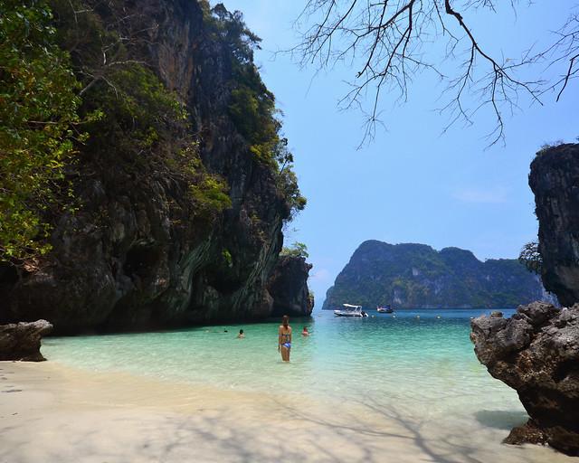Diana contemplando el maravilloso paisaje dentro de la playa de Koh Lading