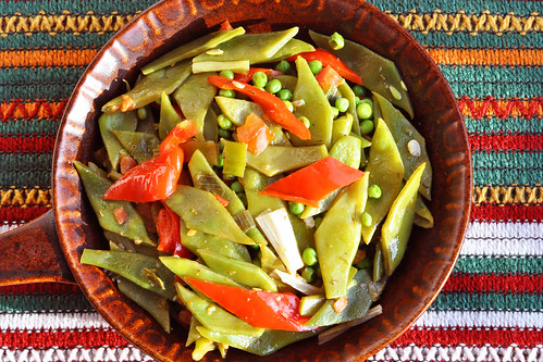Gesund und munter. Farbenfroh kochen und genießen soll ja nicht nur fürs Auge wichtig sein. Ernährungsfachleute raten, sich jede Woche mindestens 1 x durch die Farben des Regenbogens zu schlemmen, um dem Körper etwas Gutes zu tun. Mit diesem veganen Abendessen (Grüne Bohnen-Paprika-Gemüse, knackige Erbsen, buntes Gemüse-Couscous, Backofenkartoffen und gegrillte Honigmelone) habe ich schon eine ganze Menge an gesunden Farben gegessen. Etwas Blaues fehlt da noch. Vielleicht ein paar Zwetschgen oder Blaubeeren zum Dessert? - Foto: Brigitte Stolle 2016