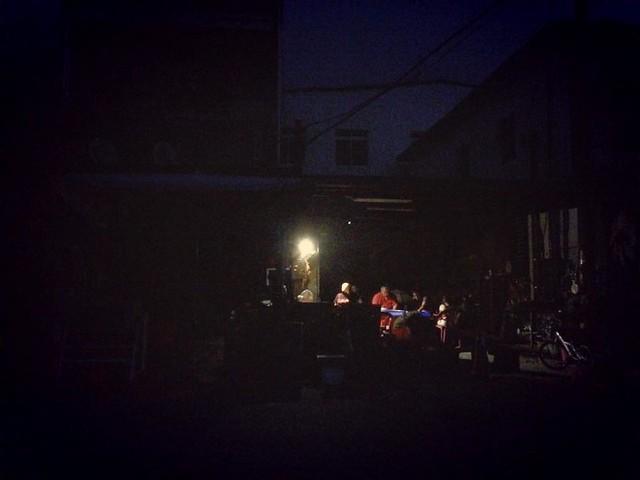 停電了,一點光亮,指引著族人回家的路。圖片來源:家在南沙魯。