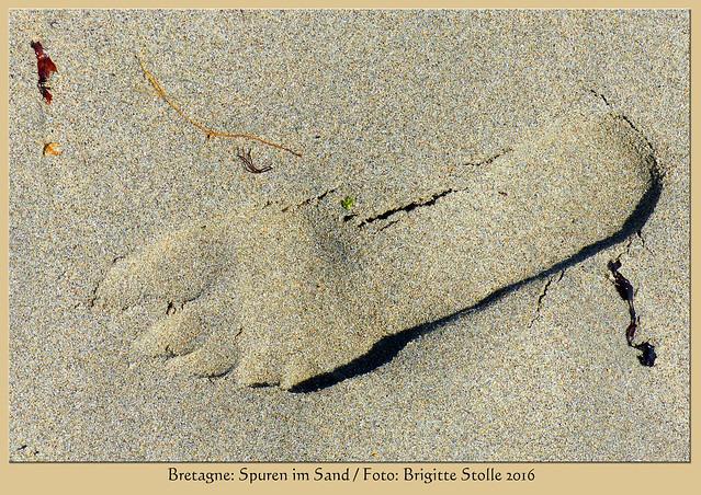 Bretagne-Urlaub 2016. Vergängliches. Fußspuren im Sand und eine kleine Strandmalerei. Beides wird in Kürze von der Flut überspült und ausgelöscht sein. Foto: Brigitte Stolle 2016
